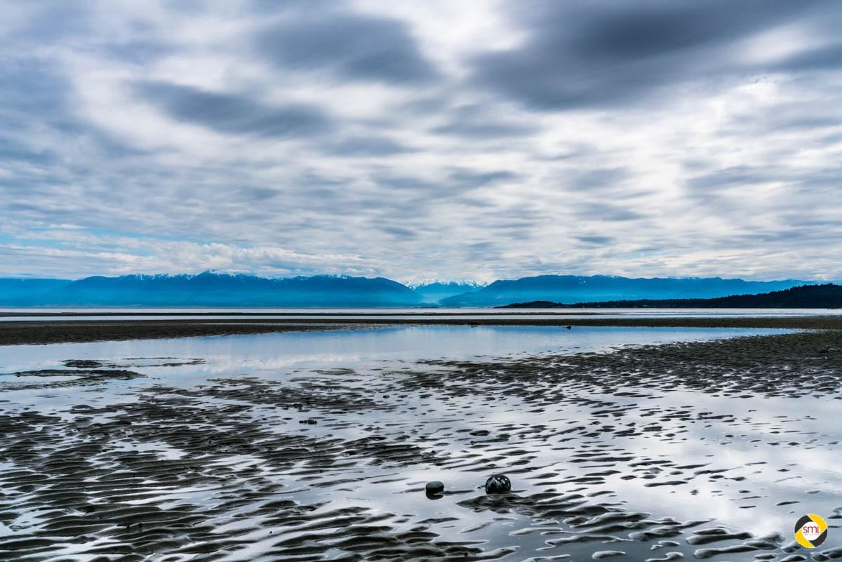 Zwei Steine mit blauen Bergen © Dieter Lier