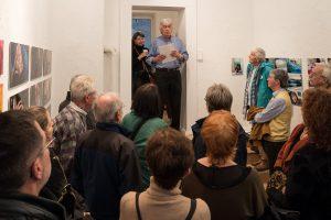 Wilfried Sperling eröffnet die Fotoausstellung Schwabinger Kuenstler