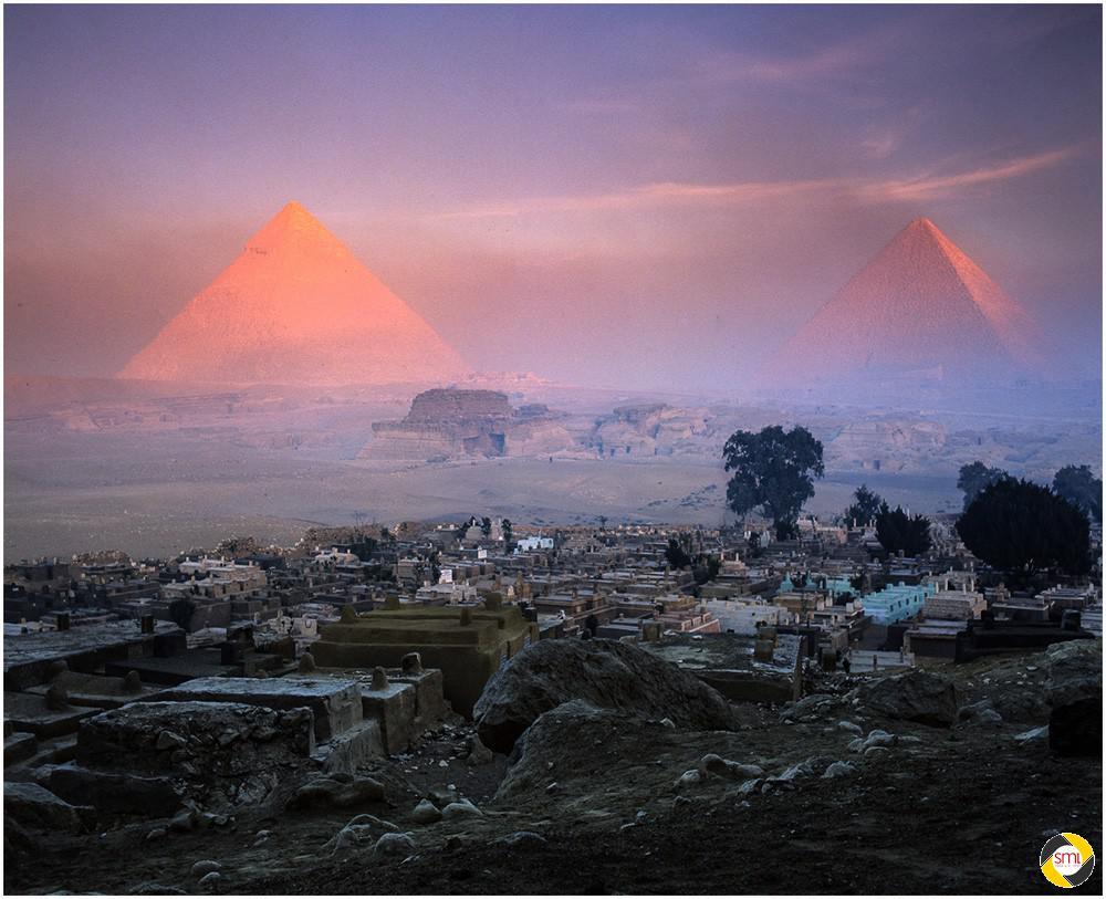 Pyramiden im Sonnenaufgang © Richard Mayer